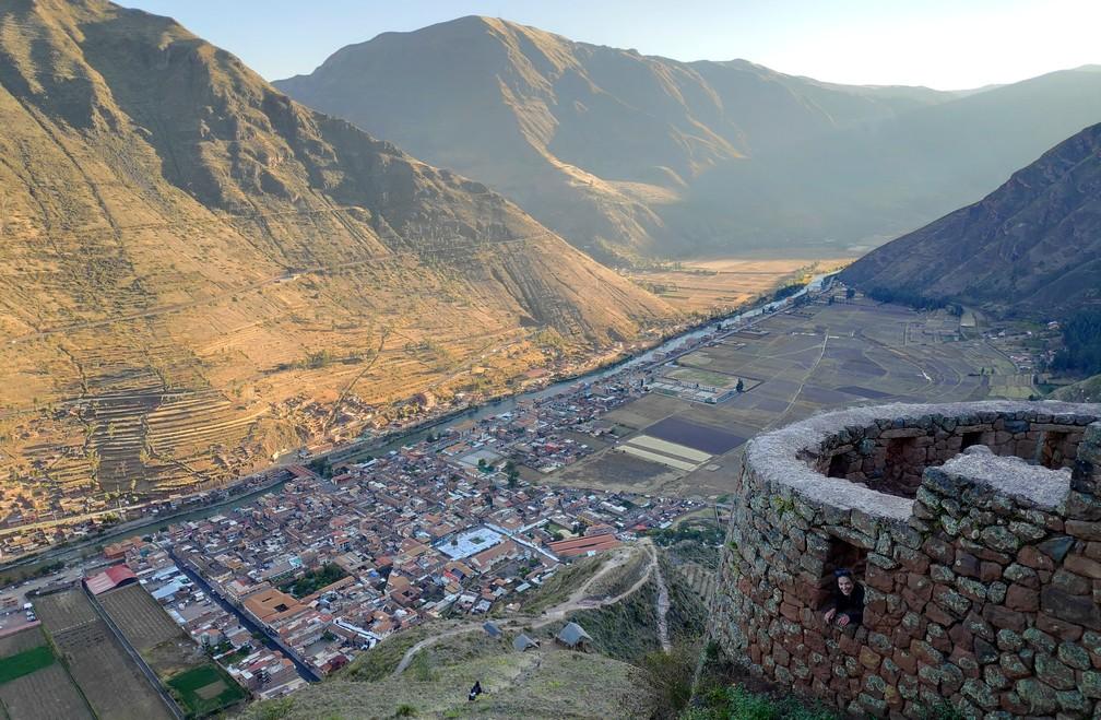 Vue sur le village de Pisac et la vallée sacrée de Cusco depuis les vestiges incas
