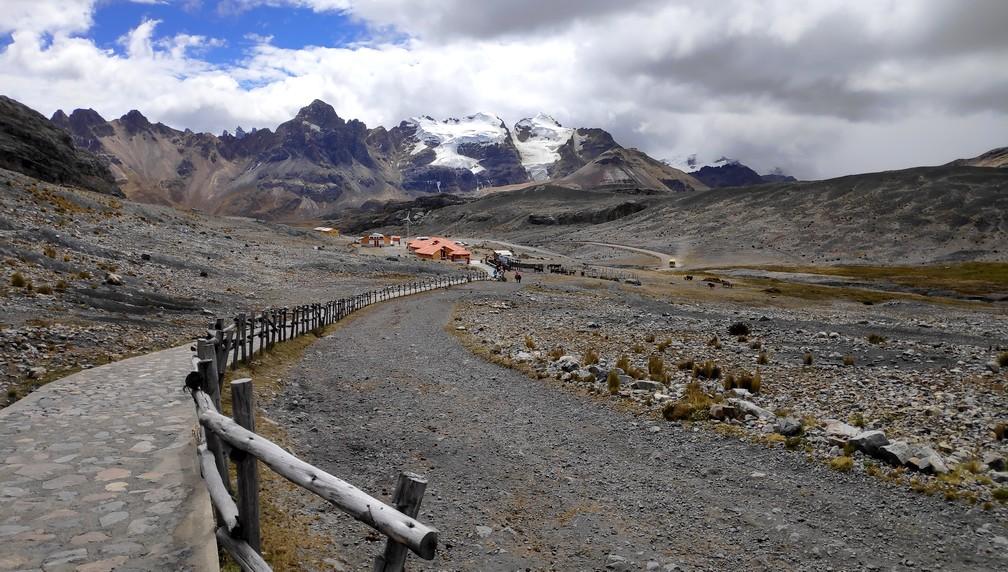 Chemin montant au glacier de Pastoruri au Pérou