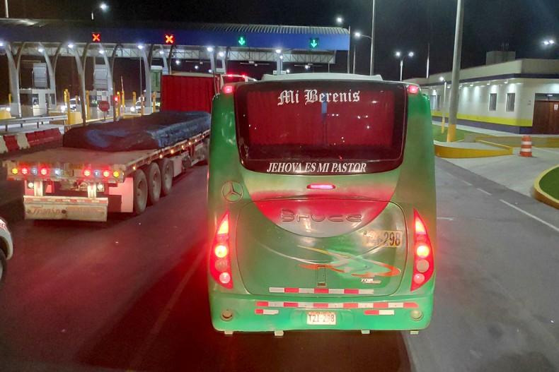 Bus arrivant de nuit à un péage au Pérou