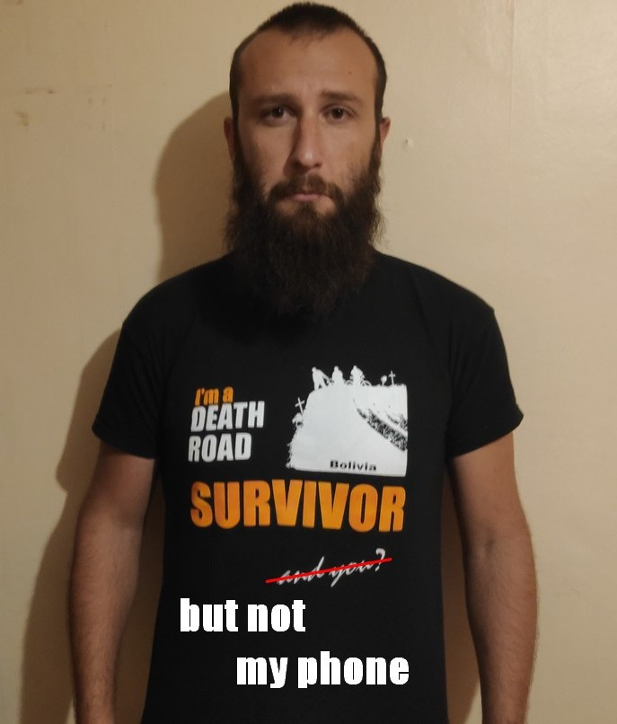 "Sylvain portant son tshirt ""Death Road survivor"""