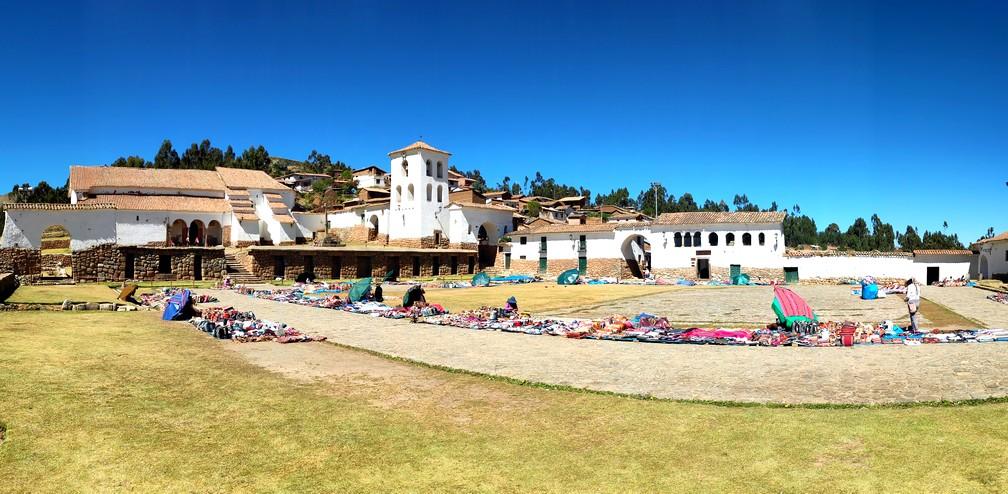 Place de Chinchero avec pleins de vendeurs de textiles et souvenirs