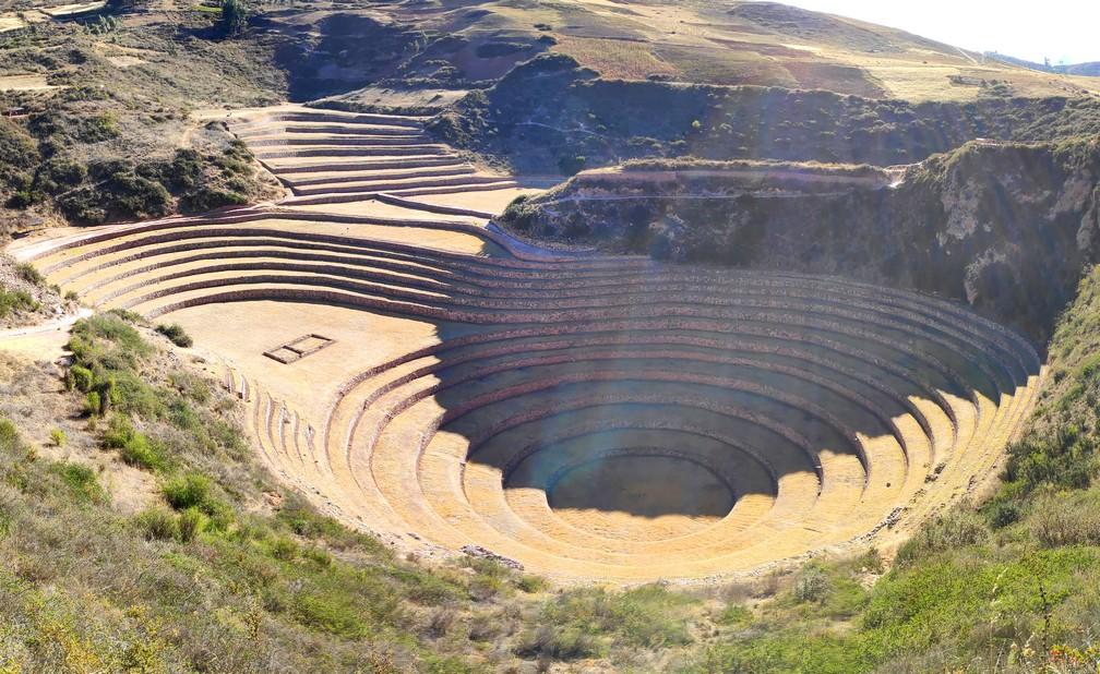 L'ombre descend sur les terrasses principales à Moray dans la vallée sacrée de Cusco