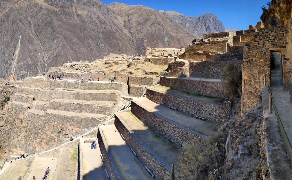 Vue d'ensemble sur les ruines incas d'Ollantaytambo avec les montagnes en fond