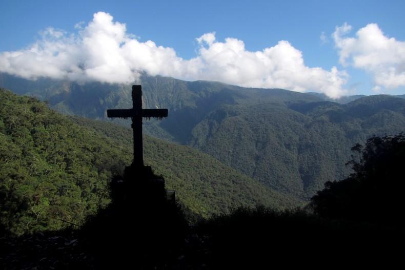 Une croix à contre jour dans les montagnes sur la Route de la Mort près de La Paz