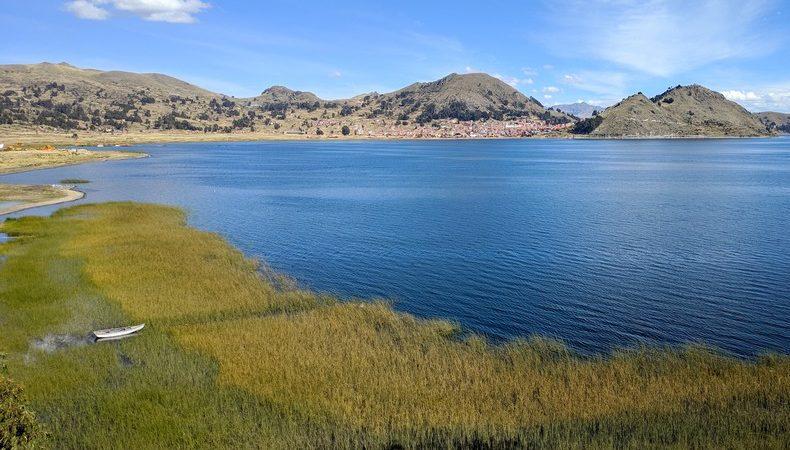 Lac Titicaca et la ville de Copacabana en fond