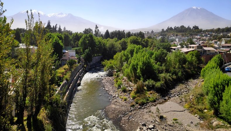 La rivière Chili et le volcan Misti à Arequipa