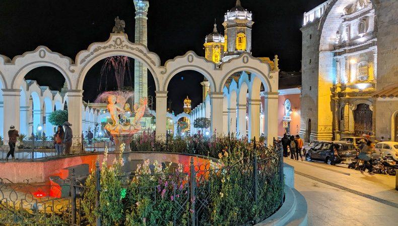 La Place du 6 août éclairée de nuit à Potosi