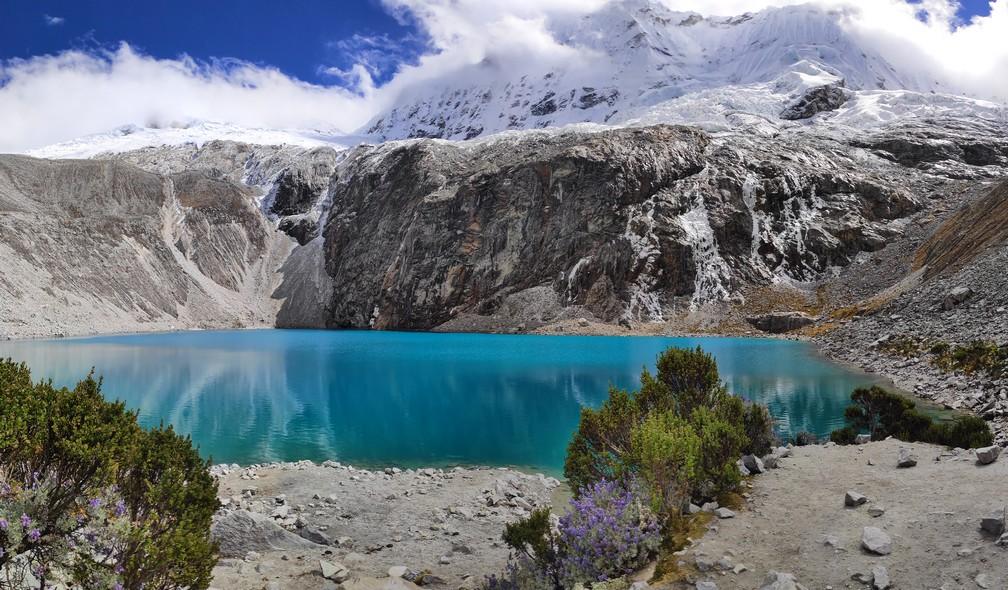 Panorama sur la laguna 69 dans la cordillère blanche près d'Huaraz
