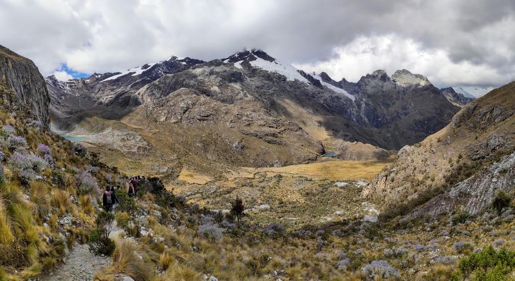 Vue sur les montagnes pendant la randonnée de la laguna 69 au Pérou