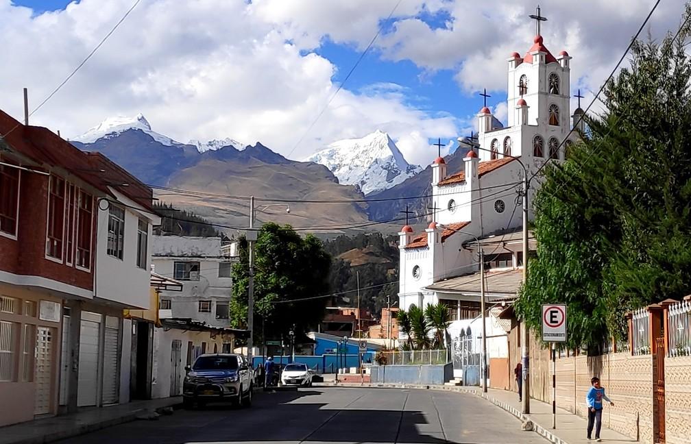 Vue sur les montagnes enneigées de la cordillère blanche depuis Huaraz