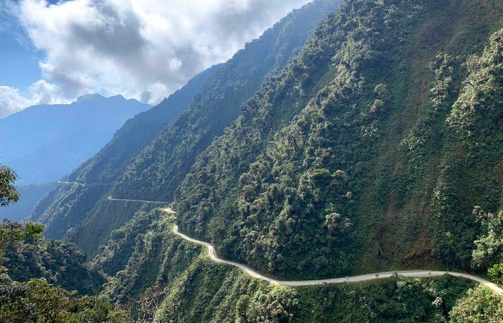 La Route de la Mort serpentant à flanc de montagne près de La Paz