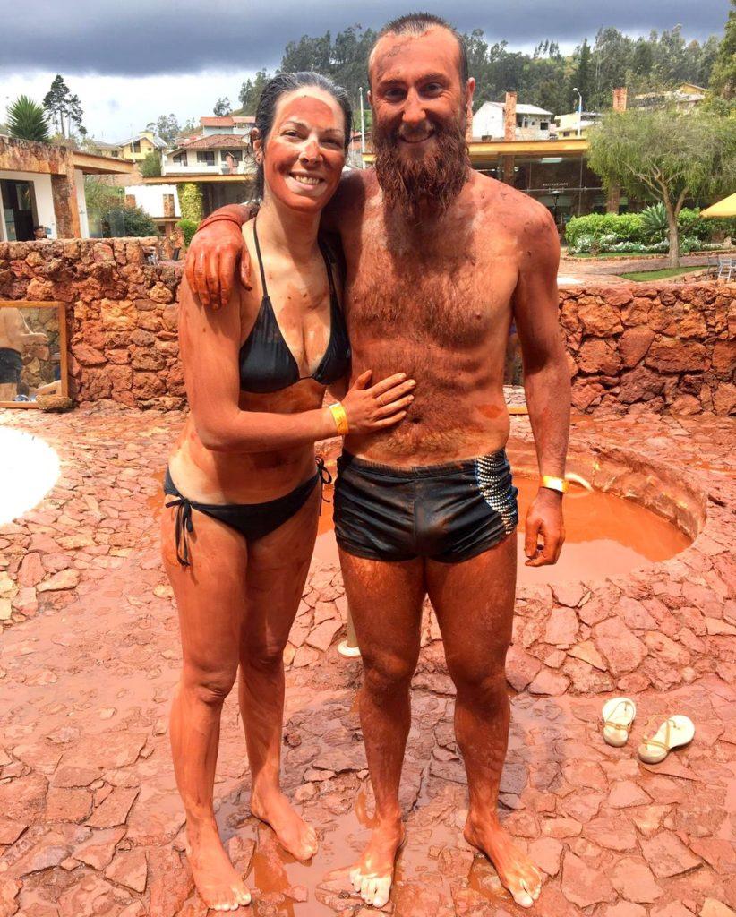 Salomé et Sylvain couverts de boue au spa Piedra de Agua à Baños de Cuenca