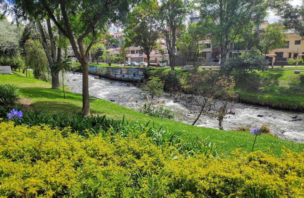Chemin le long de la rivière Tomebamba à Cuenca
