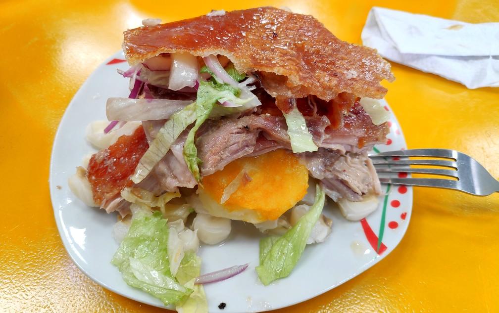 Assiette d'hornados au marché du 10 août à Cuenca