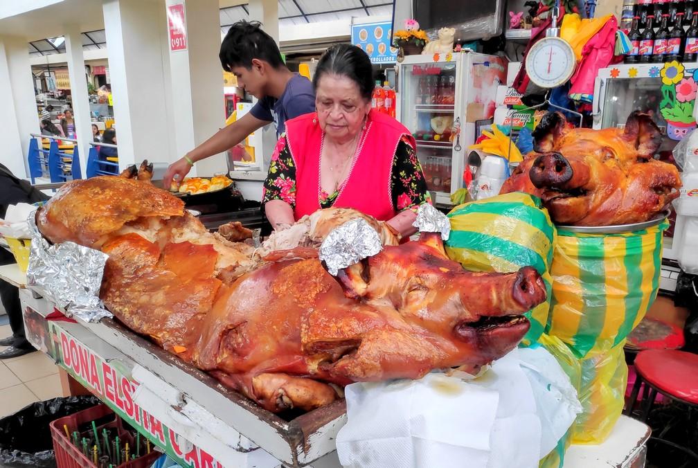 Cochon grillé sur un stand de hornados au marché du 10 août de Cuenca