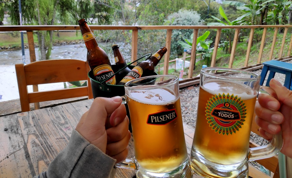 On trinque deux pintes sur la terrasse de Bumba à Cuenca