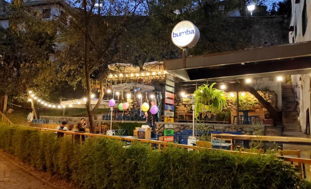 Terrasse de Bumba éclairée en début de soirée à Cuenca