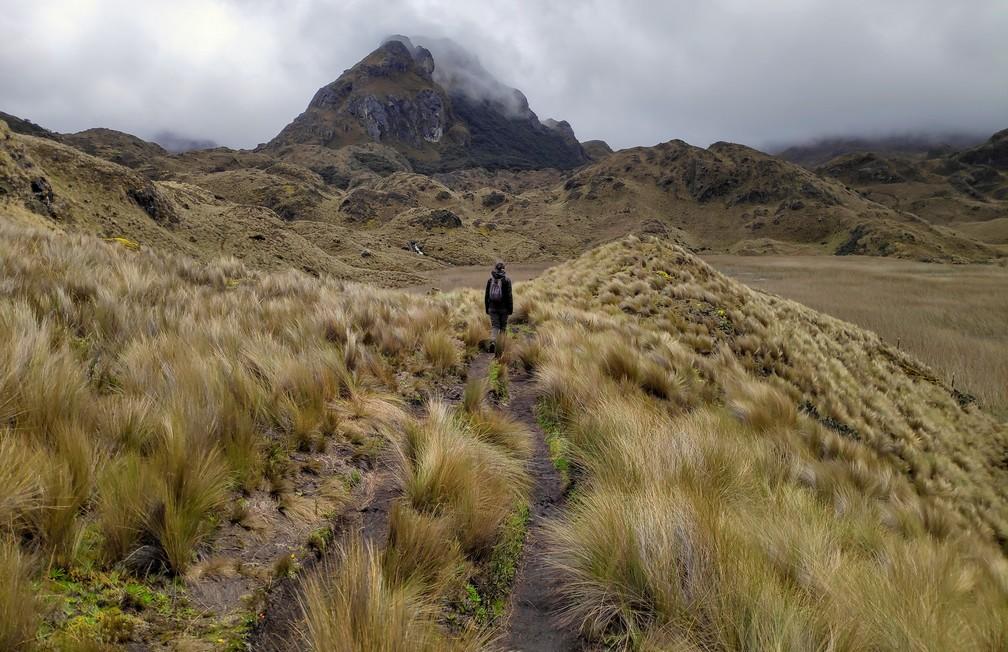 Salomé marche dans le parc Las Lajas sous un ciel gris près de Cuenca
