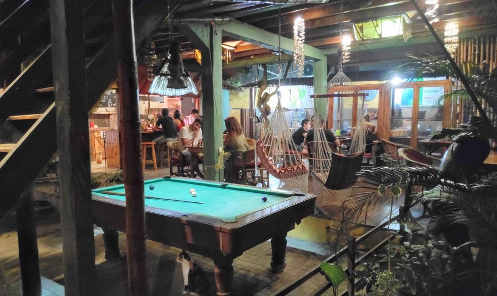 Table de billard et hamac dans l'espace commun de l'hostel Mamacucha à Montañita