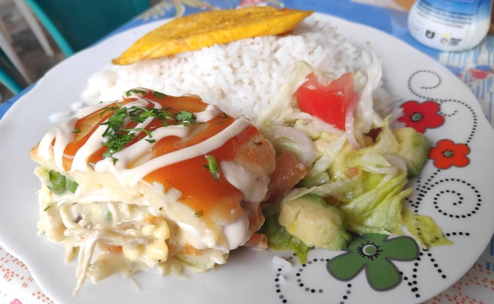 Assiette avec un Enrrollodo de pollo, de la salade et du riz à Montañita