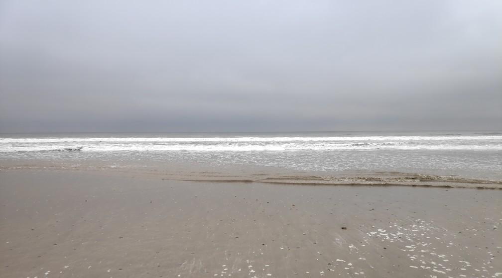 Plage et mer par temps gris à Montañita