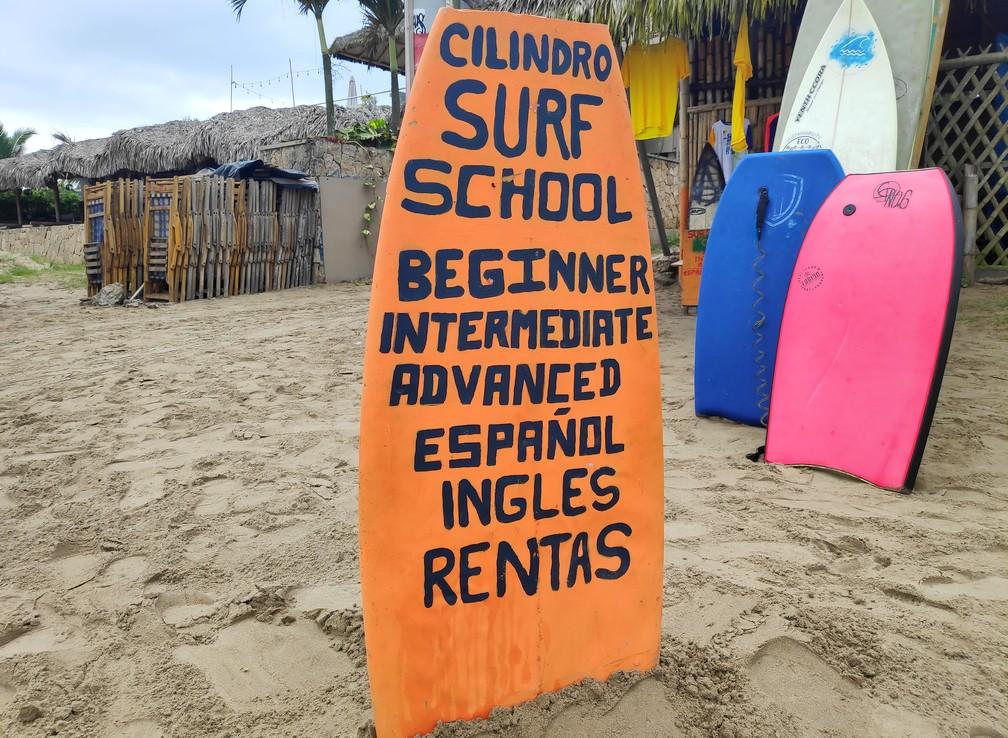 Panneau publicitaire d'un école de surf de Montañita en Équateur