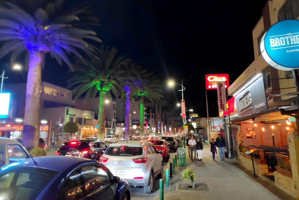 Avenue animée et éclairée de nuit à Riobamba