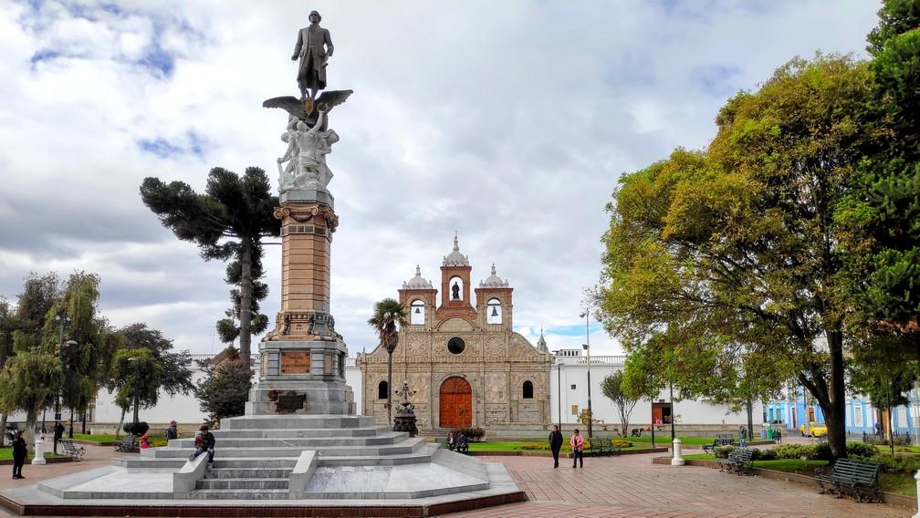 place Maldonado avec une colonne centrale et au fond la cathédrale San Pedro