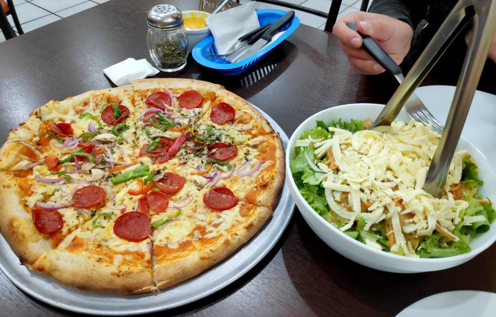 Pizza et salade composée de la pizzeria Mama Mia à Riobamba