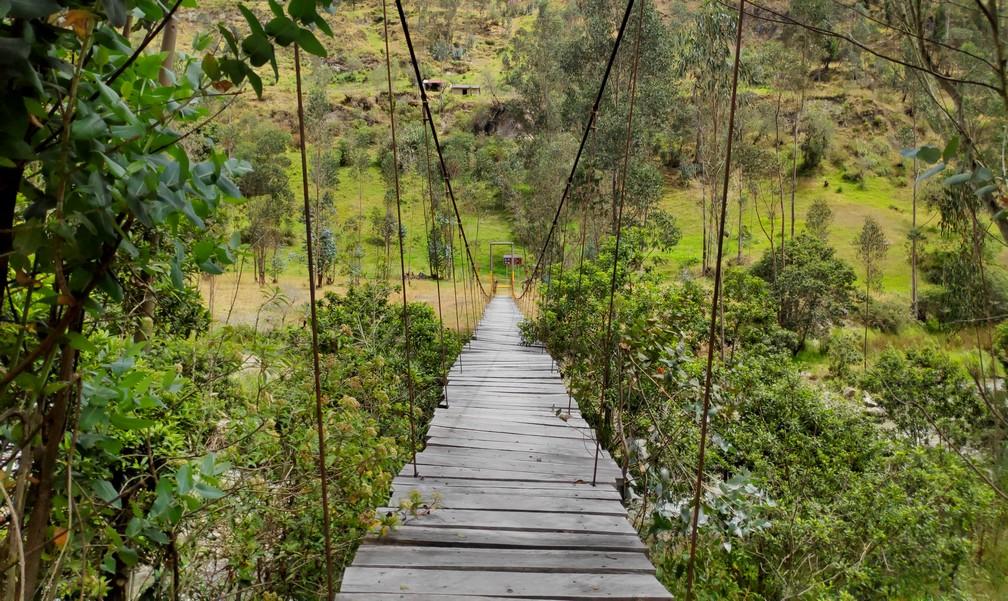 Pont suspendu en bois sur la boucle de Quilotoa