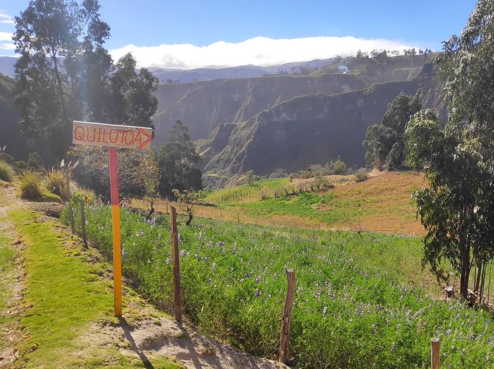 Panneau indiquant la lagune de Quilotoa dans la campagne en Équateur