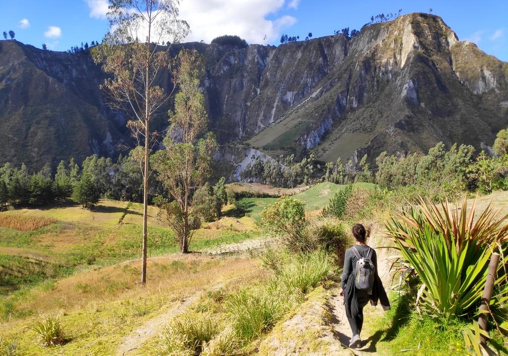 Sentier de randonnée dans la campagne en Équateur avec vue sur une crête