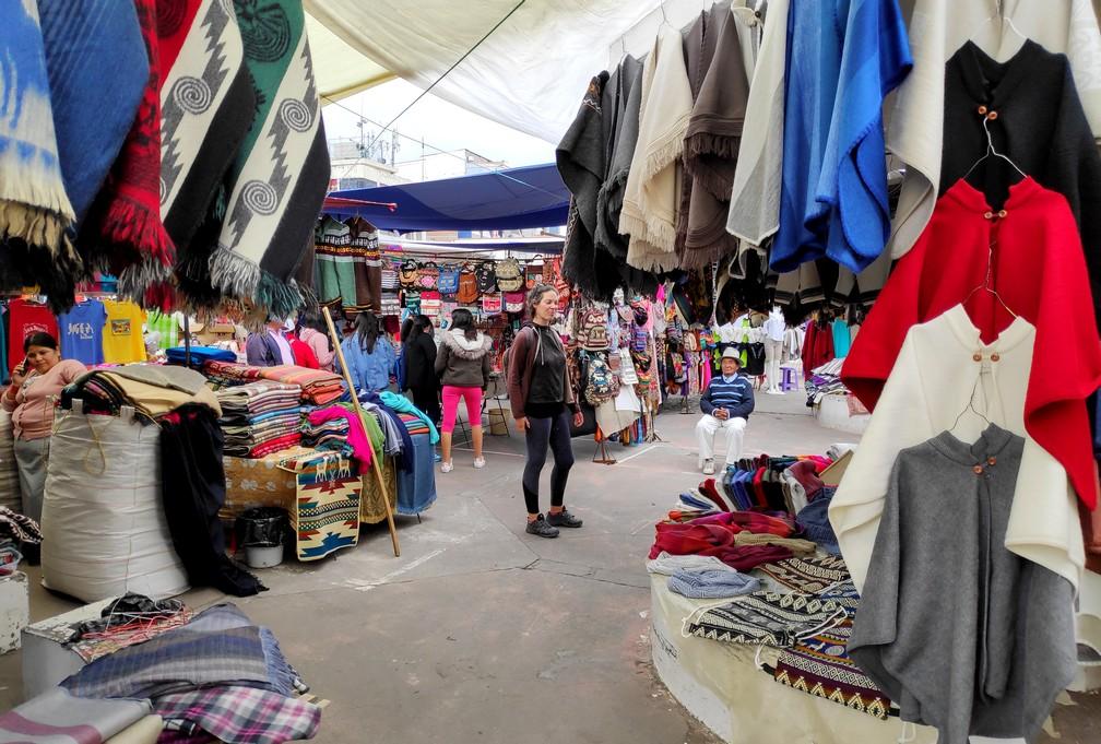 Salomé au milieu du Marché de l'artisanat d'Otavalo, sur la Plaza de Panchos