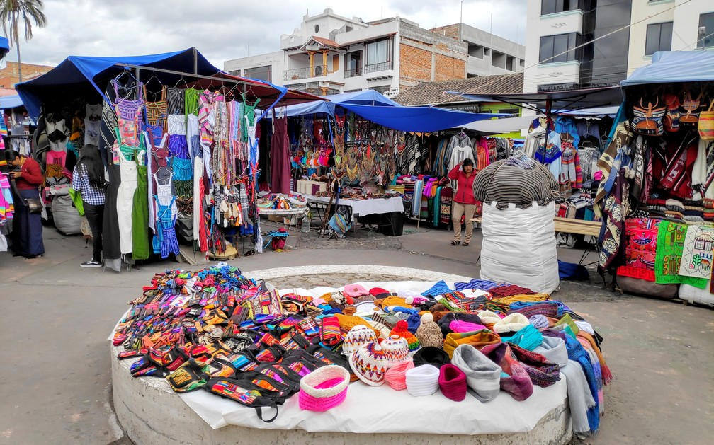 Stands d'artisanat sur la plaza de Panchos à Otavalo