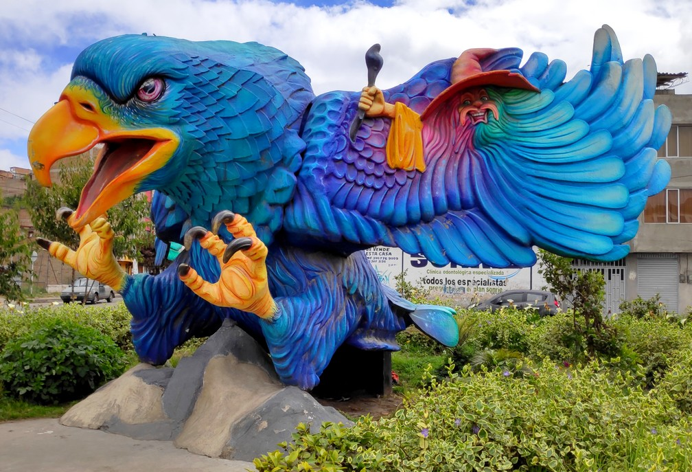 Statue d'un aigle bleu sur un rond-point à Ipiales