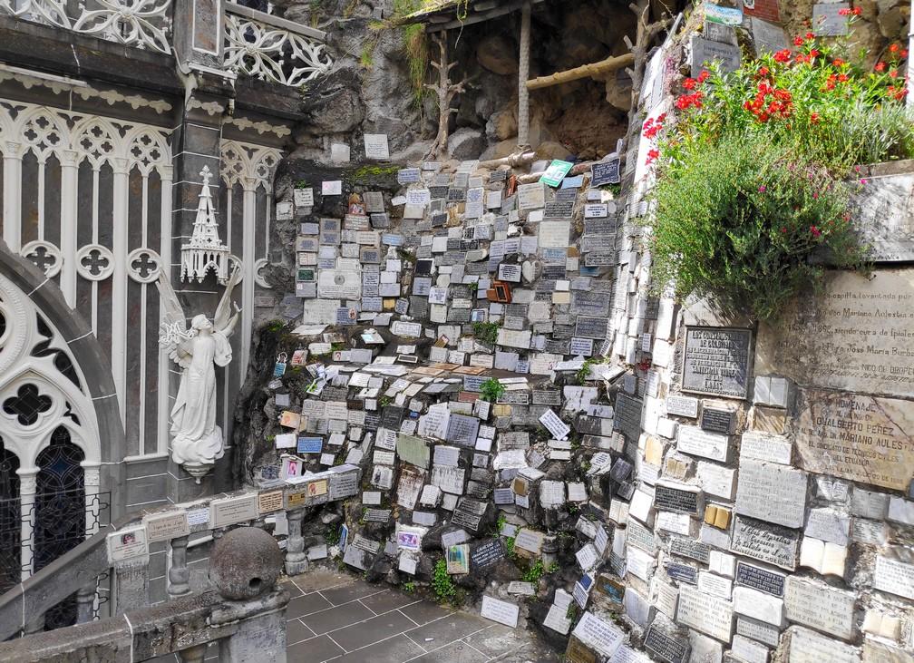 Plaques de commémorations cimentées à l'église de Las Lajas à Ipiales