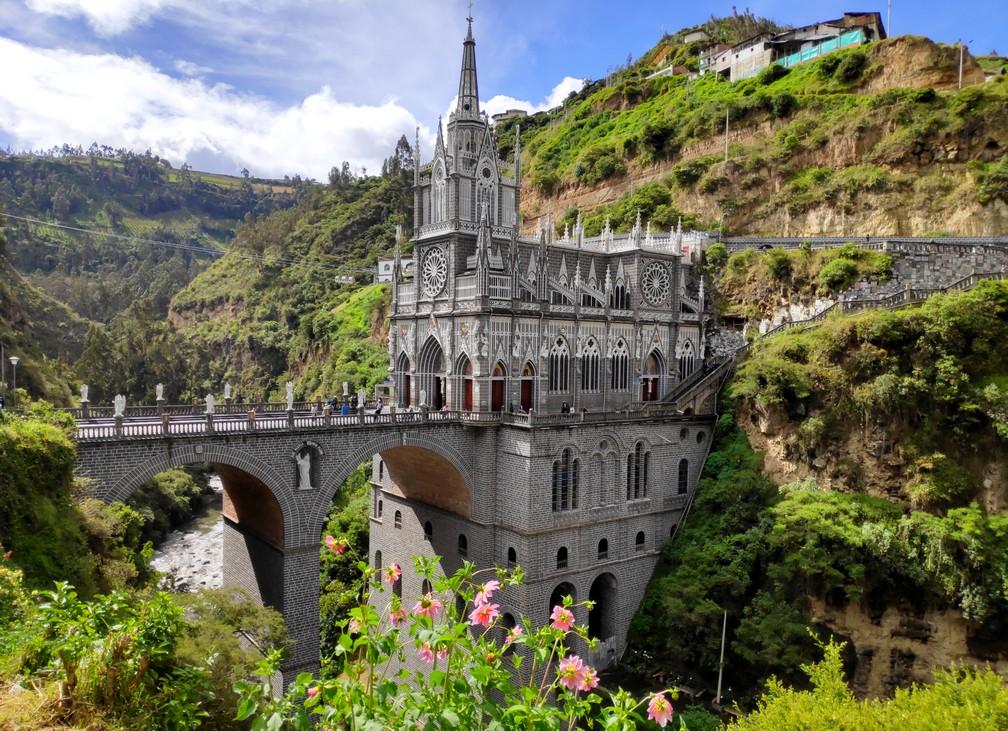 L'église de Las Lajas vue de 3/4 avec le pont qui enjambe la gorge