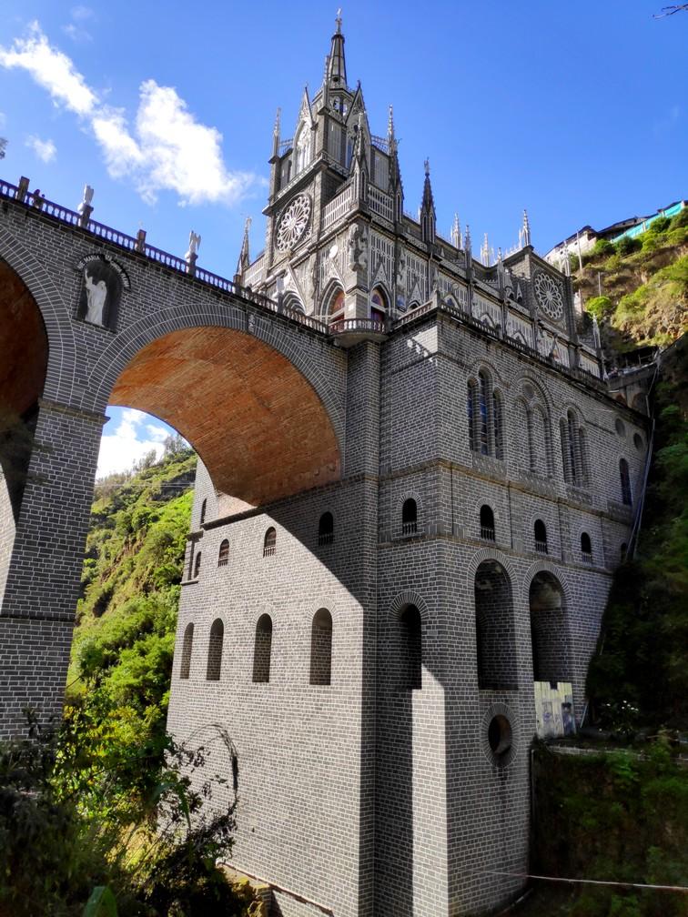 Église de las Lajas et le pont qui enjambe la gorge vus en contre-plongée