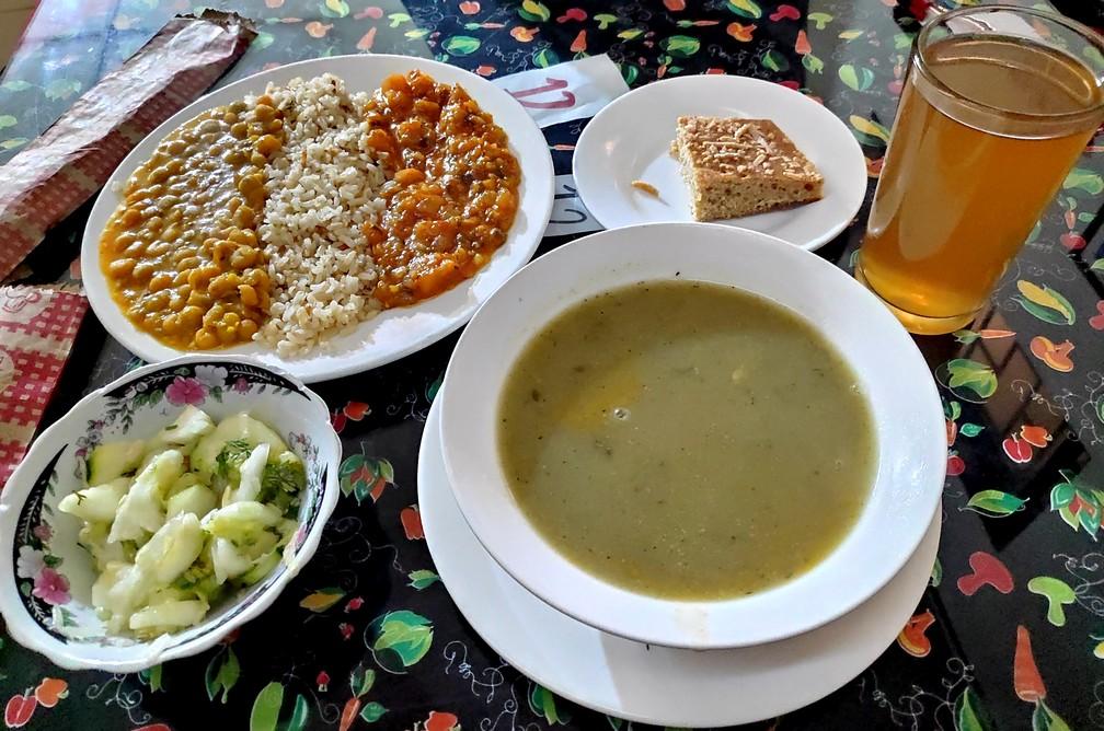 Soupe, salade, plat et boisson sur une table chez Vegetariano Manna à Popayan