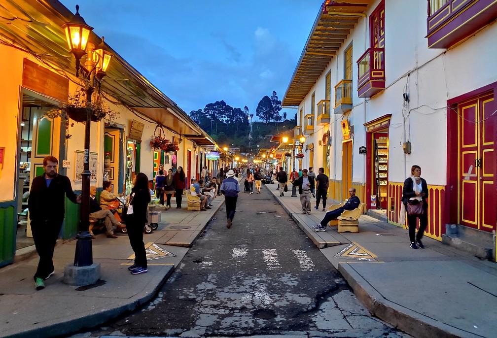 Rue principale de Salento en début de soirée