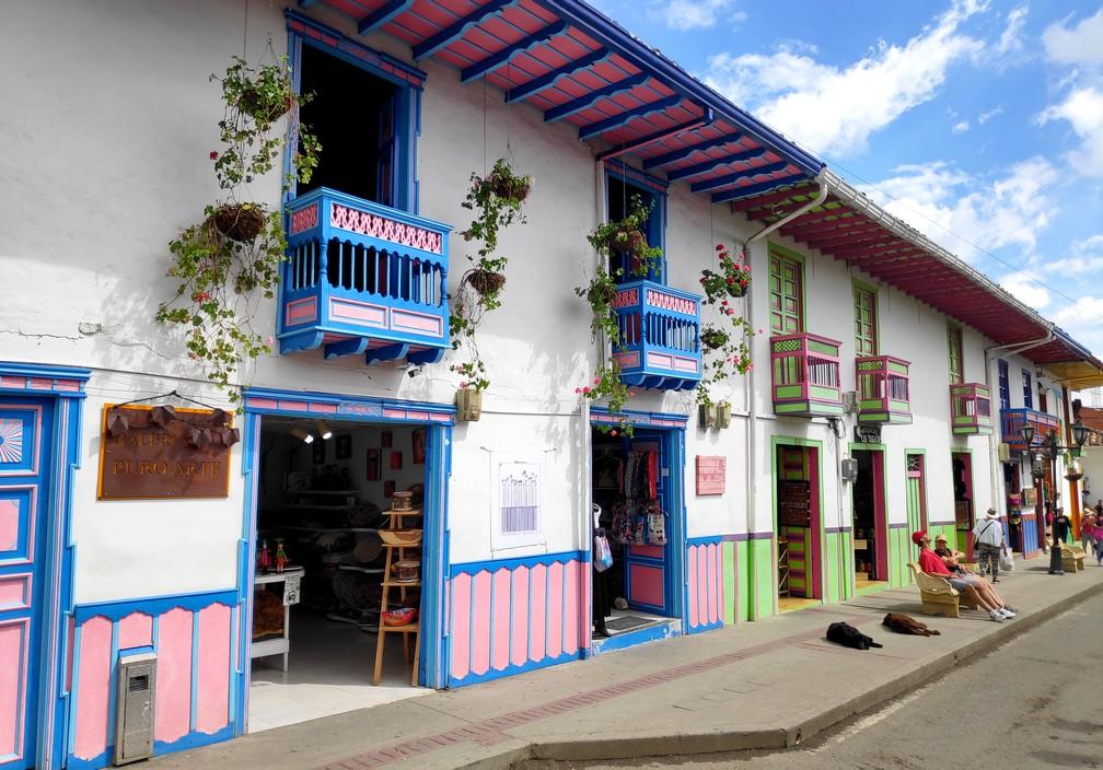 Façades colorées de la rue principale de Salento en Colombie