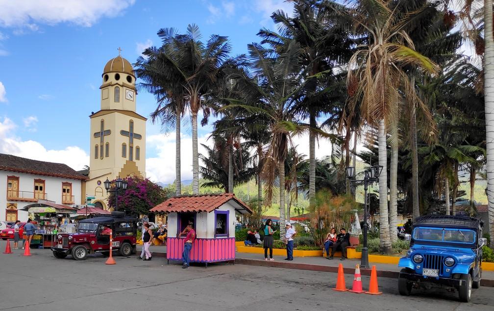 Place principale de Salento avec le clocher de l'église et une jeep Willis