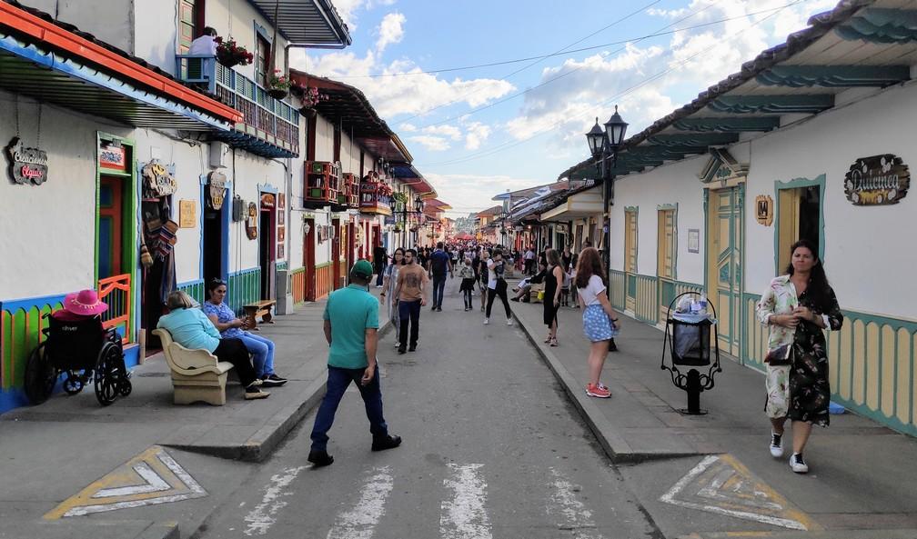 Rue commerçante pleine de touristes et de locaux à Salento
