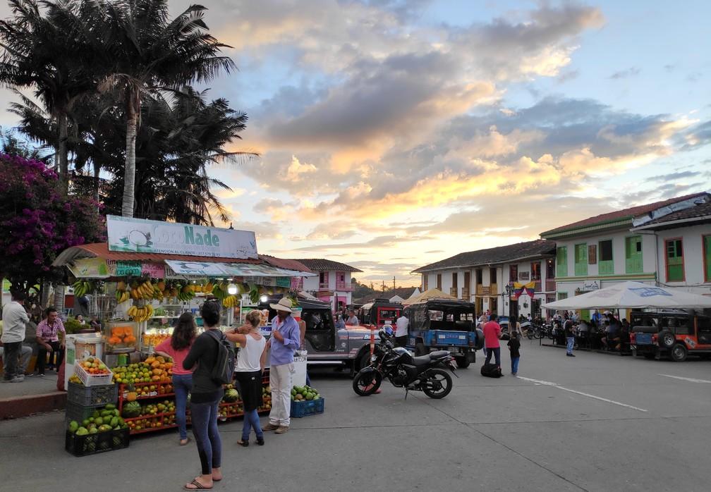 Place principale de Salento avec un stand de jus de fruit pressé en premier plan