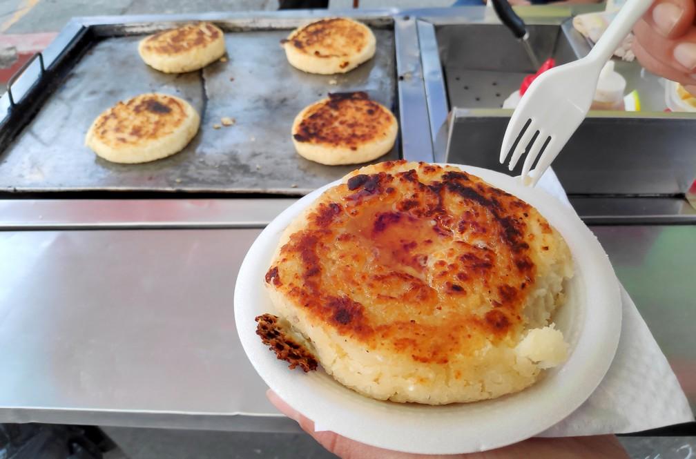 Arepas au fromage et au miel servis sur un stand de street food à Salento