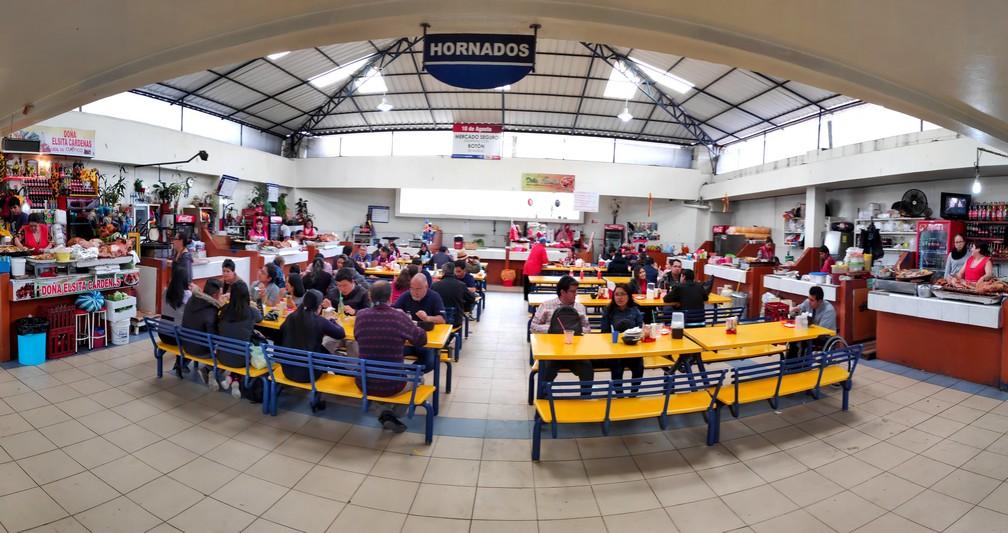 Stands de hornados au marché du 10 août de Cuenca