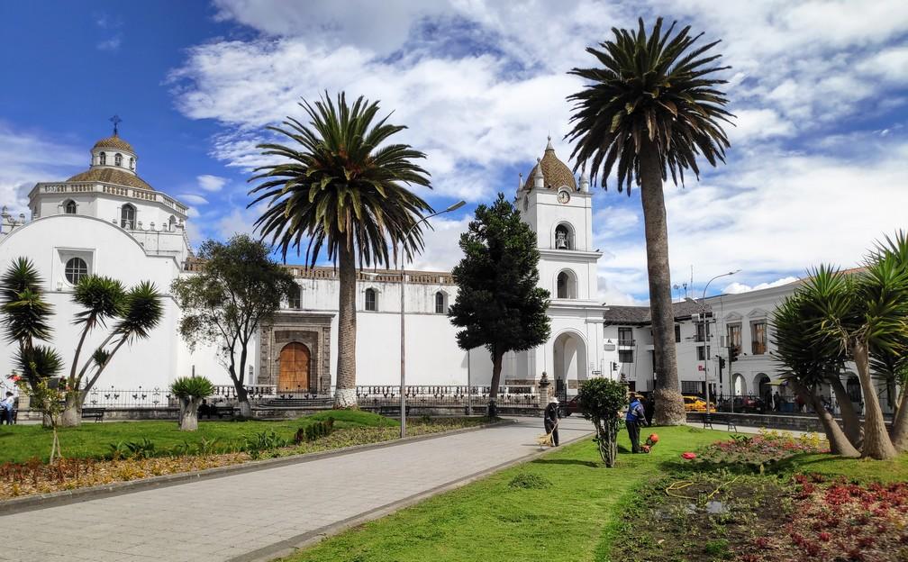 façade d'une église à Latacunga avec  des palmiers en premier plan
