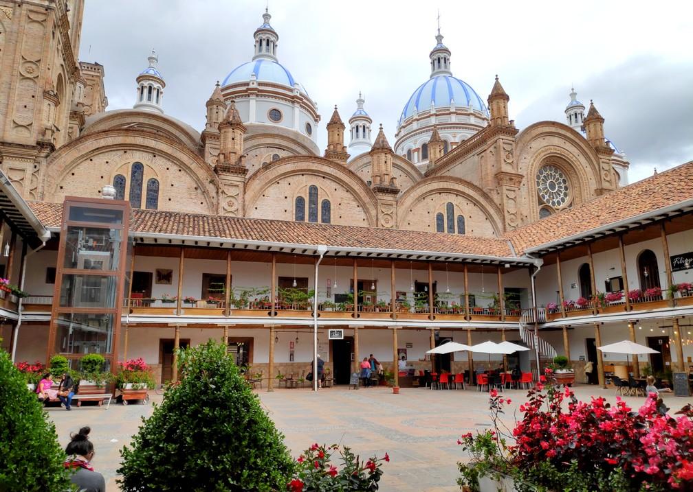 Domes de la cathédrale de Cuenca depuis le patio du séminaire San Luis