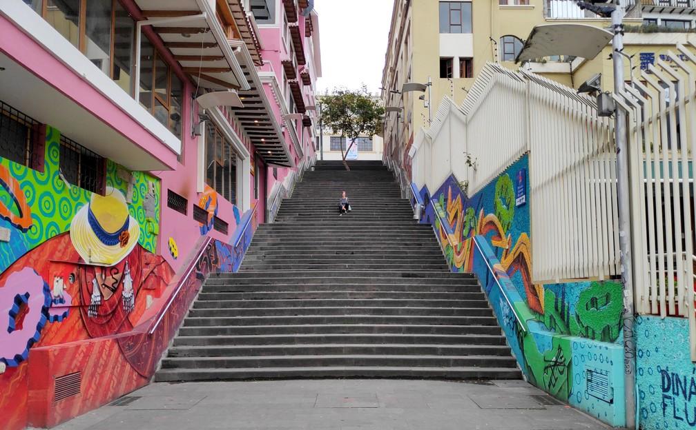 Salomé assise sur un grand escalier dans Cuenca