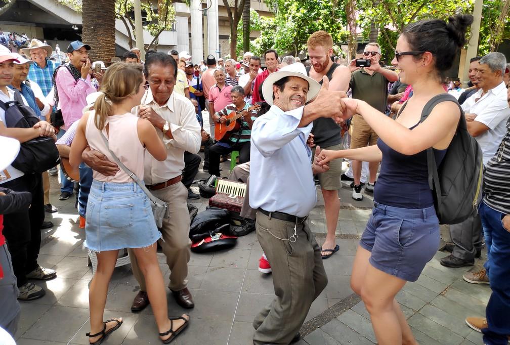 Salomé danse avec un Colombien sur le Parque de Berrio
